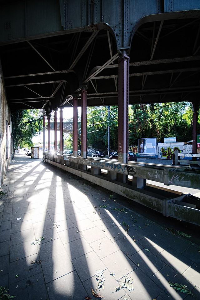 Schatten unter der Brücke