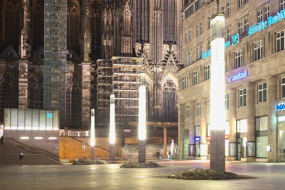 Säulen auf dem Bahnhofsvorplatz