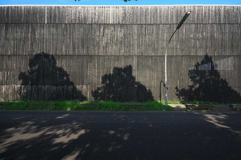 Schatten an der Holzwand